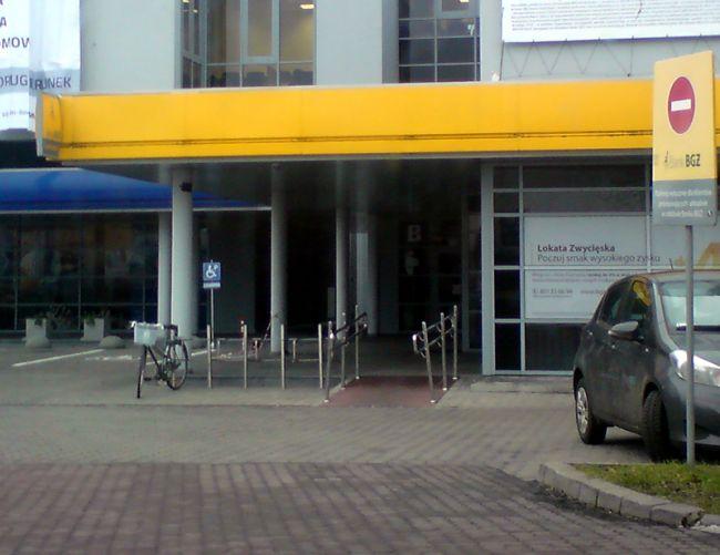 Zdjęcie Dziwny stojak przy banku BGŻ