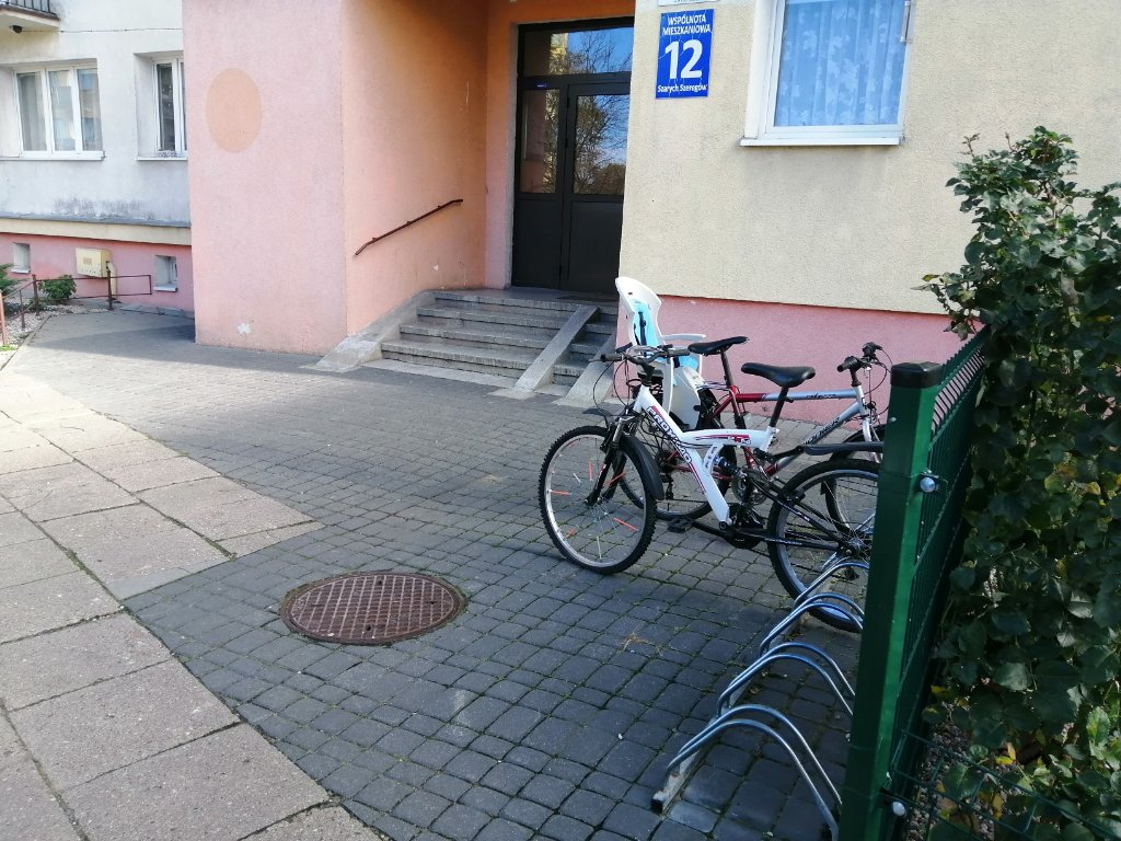 Zdjęcie Wyrwikółka przy wejściu do bloku nr 12